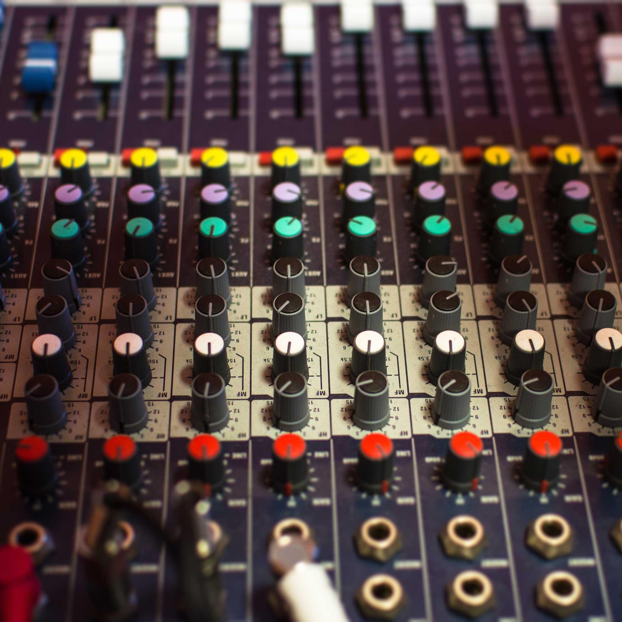 amplifier-analogue-audio-306088_quadrat